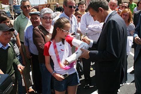 Zapatero mirando una escayola