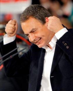Zapatero mirando unos microfonos